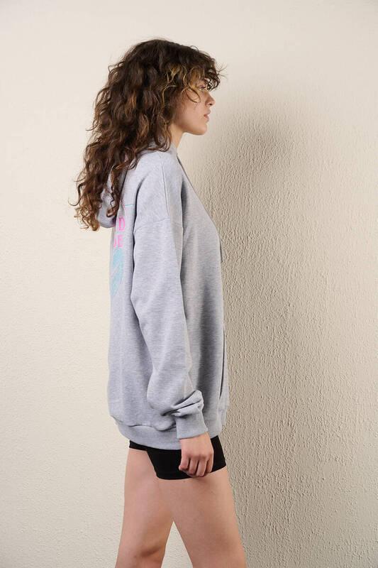 Zechka - Gri Kanguru Cepli Sırt Baskılı Sweatshirt (zck0318)