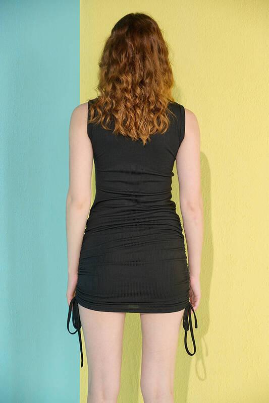 Siyah Kolsuz Yanları Büzgülü Kaşkorse Elbise